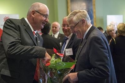 Photo of Mike Pascoe presenting a plant to Ernie Hardeman