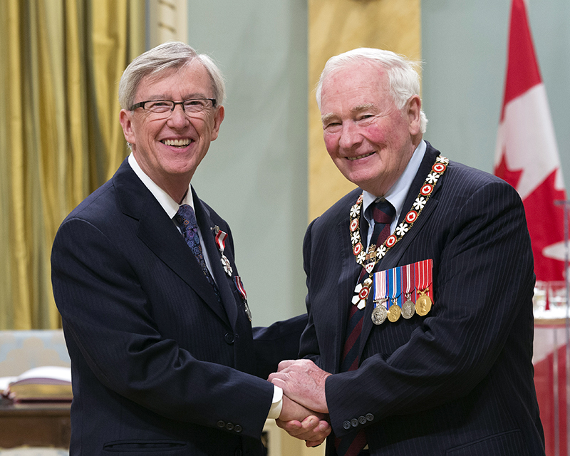 Photo of Howard Rundle shaking hands with Governor General David Johnston