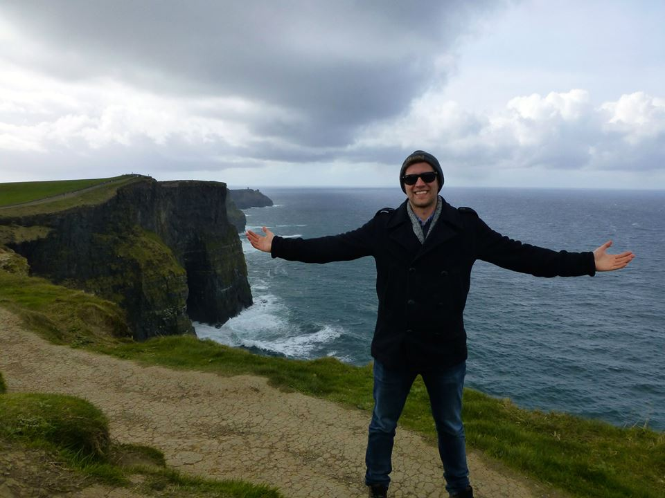 Exchange students standing at coastal cliffs in Ireland
